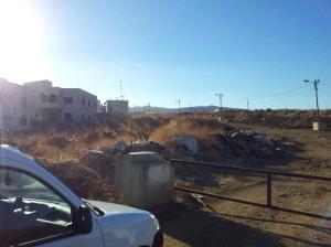 Ein Erdwall am Ortsrand markiert die Linie, wo die israelische Kontrolle endet und die libanesische beginnt. Die Grenze dagegen mitten im Ort ist unsichtbar.