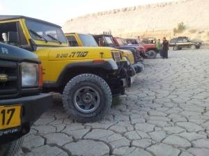 Palästinensische Geländewagen in einem trockenen Wadi
